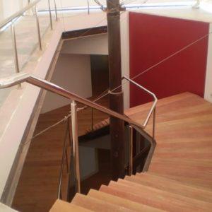 escada metalica com corrimão